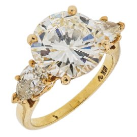 An 18K yellow gold ring with 1 brilliant cut diamond