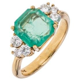 An 18K yellow gold ring with 1 emerald cut emerald 1.90