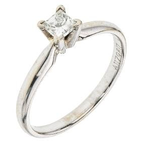 A 14K white gold solitaire ring with 1 princess cut