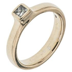 An 18K yellow gold solitaire ring with 1 princess cut