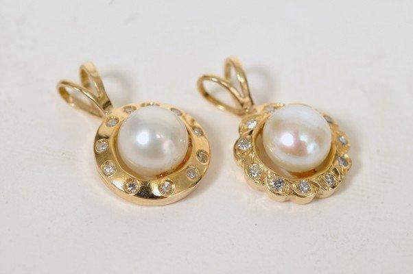 6: Dos dijes. En oro de 14k con dos perlas cultivadas e