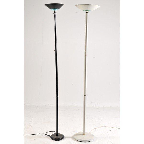 8: Dos lámparas de pie. Elaboradas en metal. Una blanca