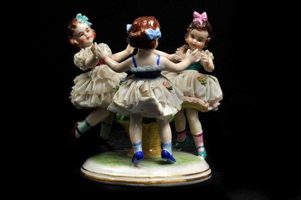 "12: ""Tres niñas"". Figura elaborada en porcelana. Esmalt"