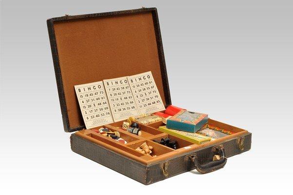 15: Estuche con juegos de mesa. Elaborado en madera. In