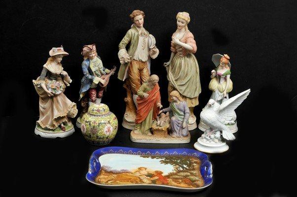 22: Lote de porcelana. a) Charola. Esmaltada y policrom