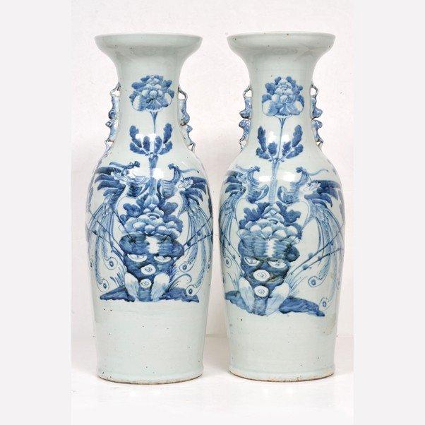 125: Par de jarrones. Elaborados en cerámica china. Esm