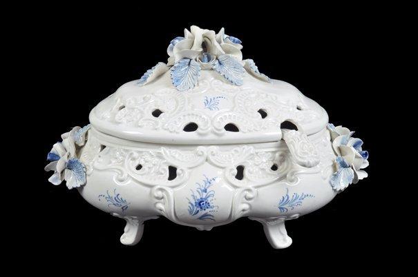 Sopera. Origen italiano. Elaborada en cerámica. Diseño