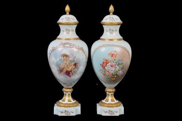 Par de tibores. Origen francés. En porcelana Limoges.