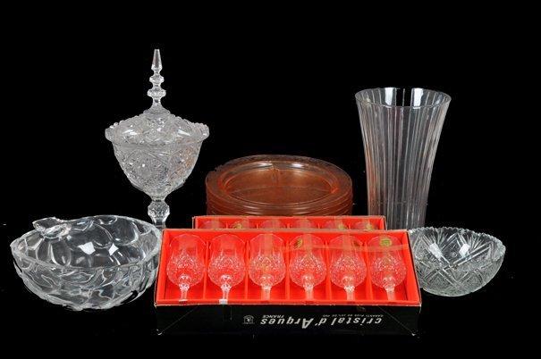 Lote de mixto. En cristal y vidrio. Consta de: florero,