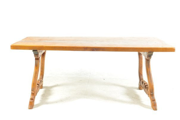 Mesa. Estilo español. Elaborada en madera tallada de