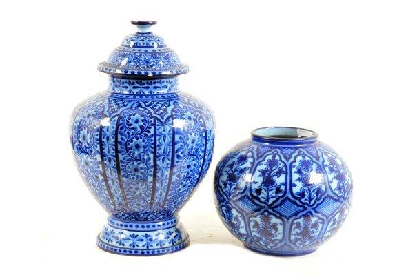 Tibor y jarrón. Origen portugués. En cerámica color