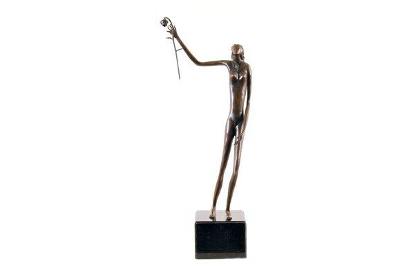 Zayat. Mujer con flor. Fundición en bronce patinado.