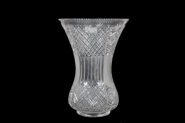 Florero. Elaborado en cristal cortado. Diseño