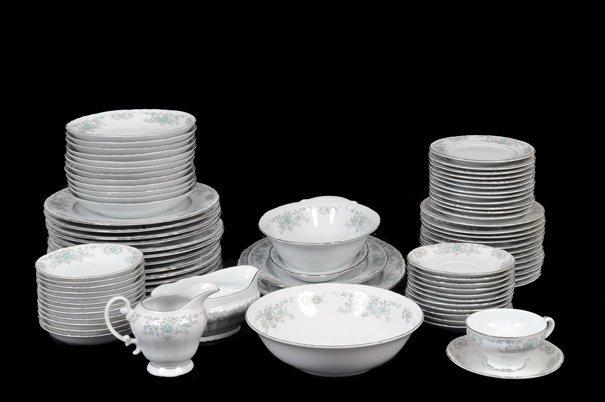 Vajilla. Origen japonés. En porcelana Norleans. Con