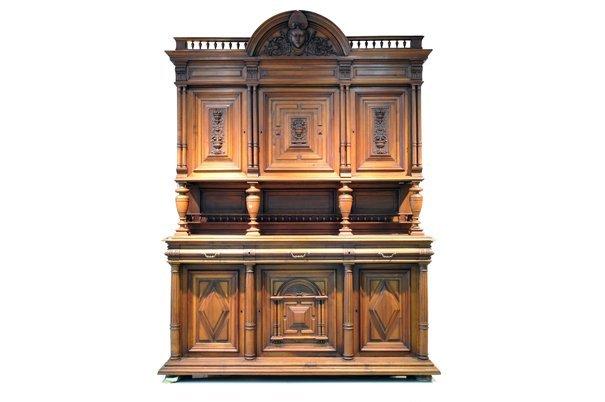 Buffet. Estilo Enrique II. En madera tallada de nogal.