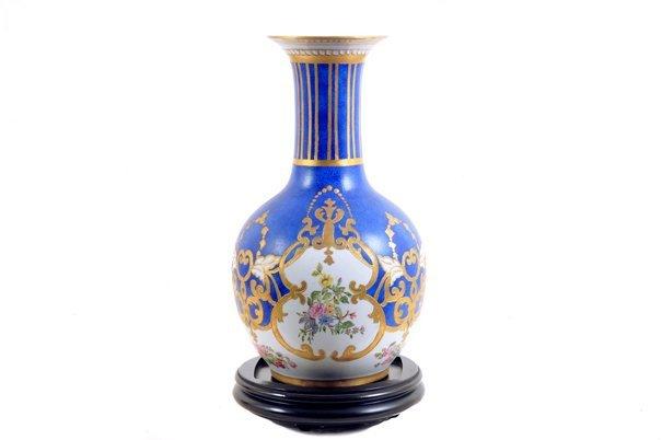 Jarrón. Elaborado en porcelana color azul cobalto. Con