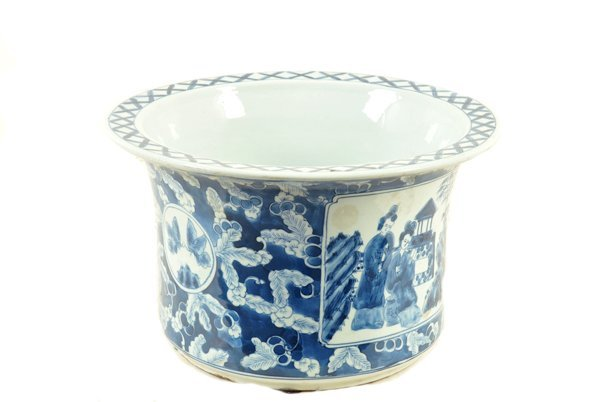 Maceta. Origen chino. En porcelana color blanco y azul