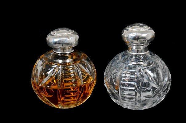 Par de perfumeros. Elaborados en cristal cortado.