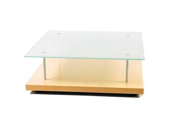 Mesa de centro. Elaborada en madera clara laminada. A 2