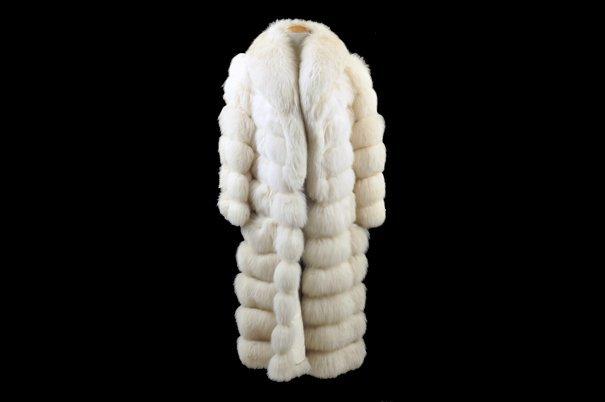 Abrigo largo. Elaborado en piel de zorro blanco. Con 2