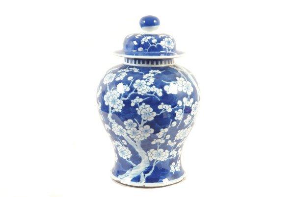 Tibor. Origen chino. En porcelana color azul y blanco.
