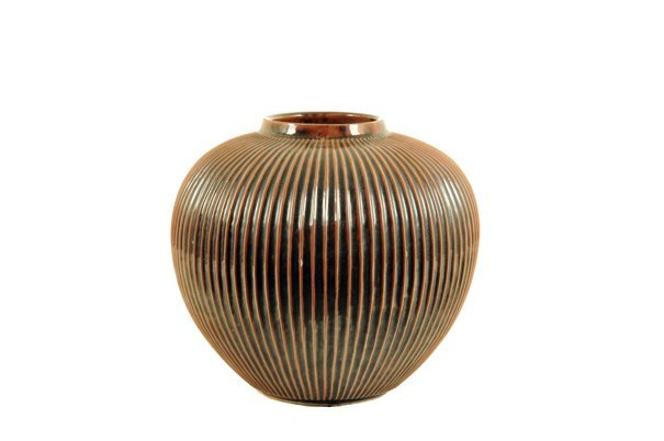 Jarrón. Origen japonés. Elaborado en cerámica.