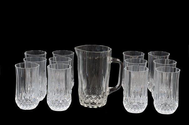 Lote de vasos y jarra. Elaborados en cristal y vidrio.