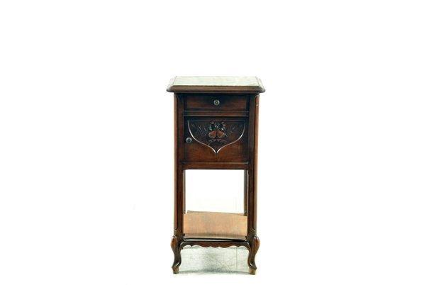 Mesa de noche. Estilo Luis XV. En madera de roble. Con
