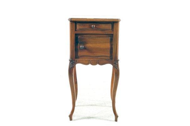 Mesa de noche. Estilo Luis XV. Elaborado en madera