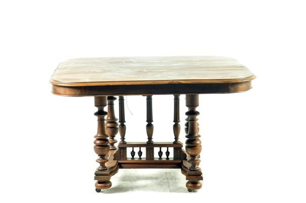Mesa. Estilo Enrique II. En madera de nogal. Con