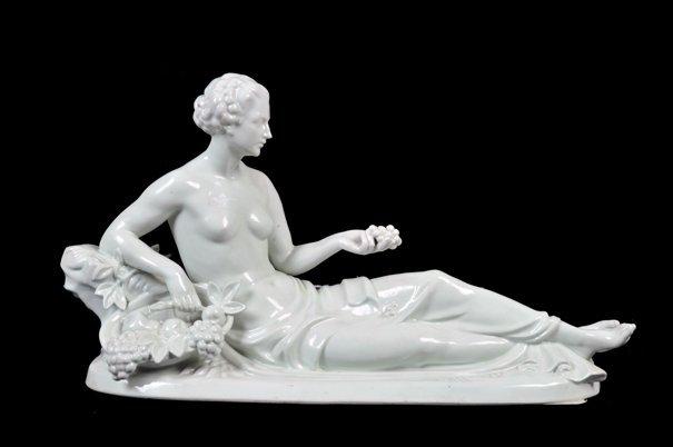 Mujer recostada con frutos. Origen alemán. Elaborada
