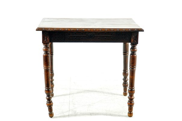 Mesa. Estilo Renacentista Francés. En madera de roble.