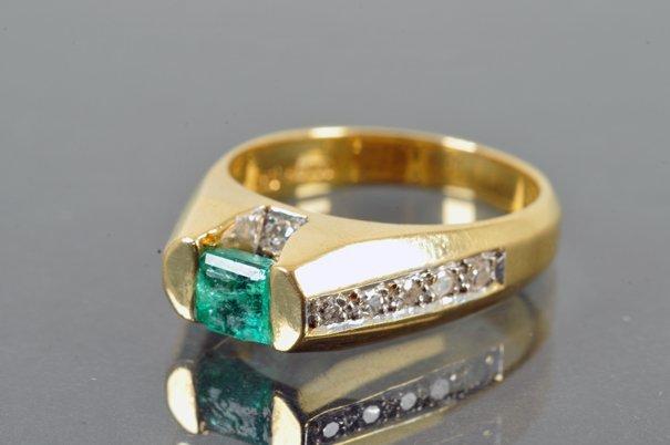 Anillo. Elaborado en oro de 18k. Con 10 diamantes corte