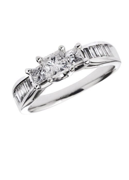 ANILLO CON DIAMANTES EN ORO BLANCO DE 14K. 3 Diamantes