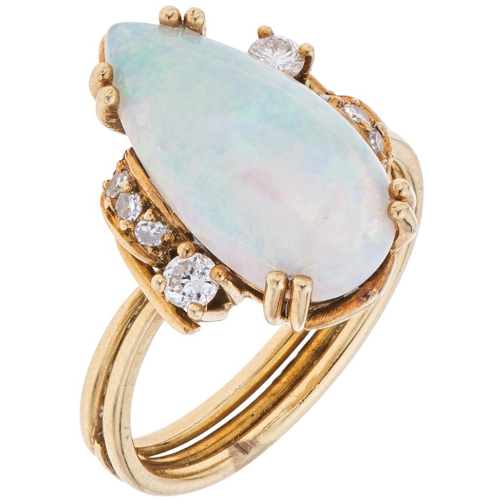 An 18K yellow gold ring with 1 opal ~2.70 carats and 10