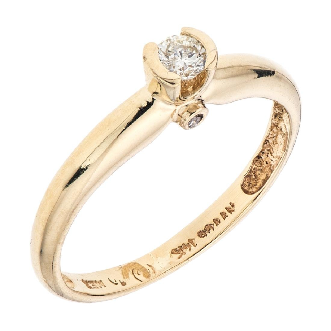A 14K yellow gold ring with 1 brilliant cut diamond