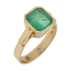 An 18K yellow gold ring with 1 emerald cut emerald