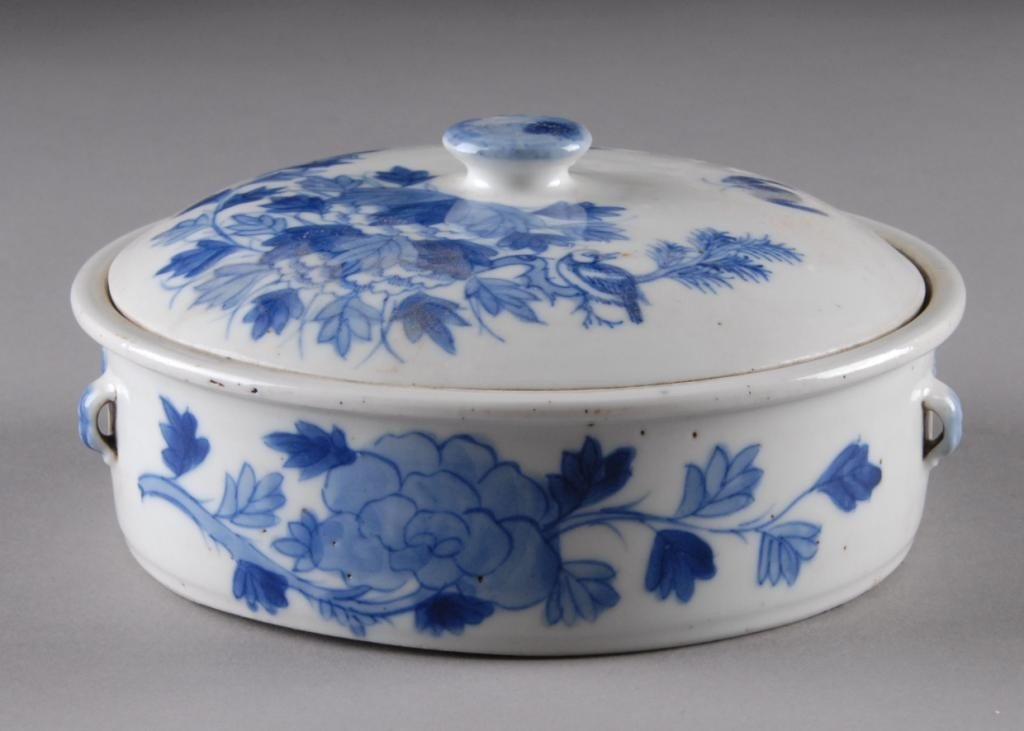2: A CHINESE BLUE AND WHITE LIDDED DISH