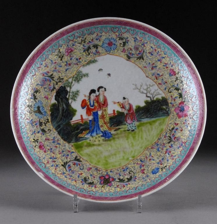 16: A CHINESE FAMILLE ROSE PORCELAIN CHARGER