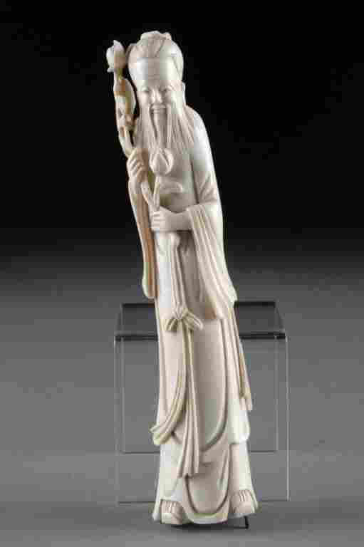 A VINTAGE CHINESE CARVED IVORY FIGURE