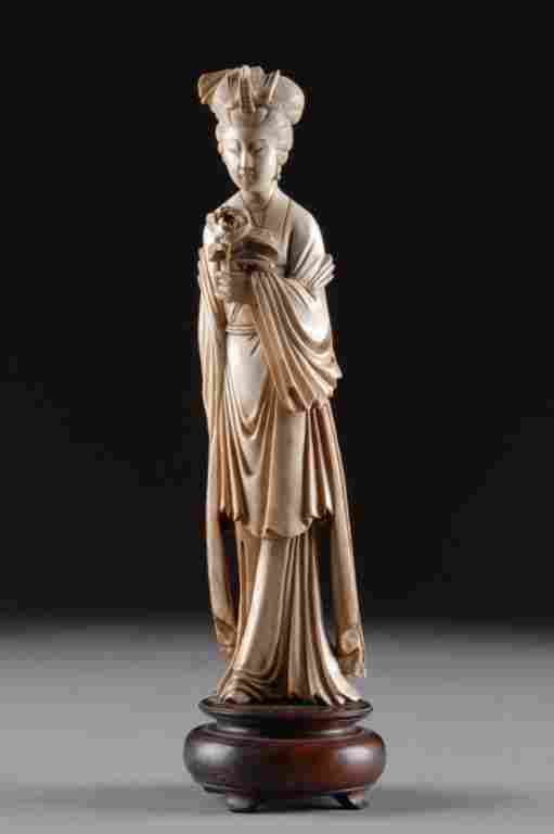 A VINTAGE CHINESE CARVED IVORY FIGURE OF QUAN YIN,
