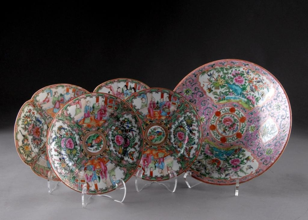 17: A SET OF FOUR CHINESE EXPORT FAMILLE ROSE DISHES