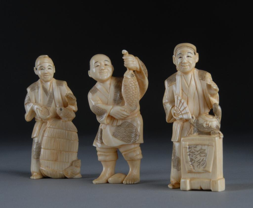 22: A SET OF 3 VINTAGE JAPANESE CARVED IVORY OKIMONOS