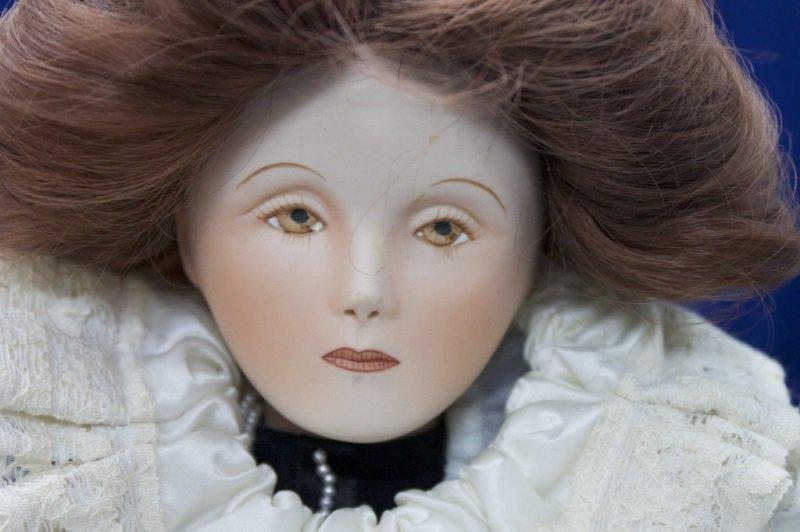 "Franklin Mint Heirloom Collection ""Queen Elizabeth - 3"