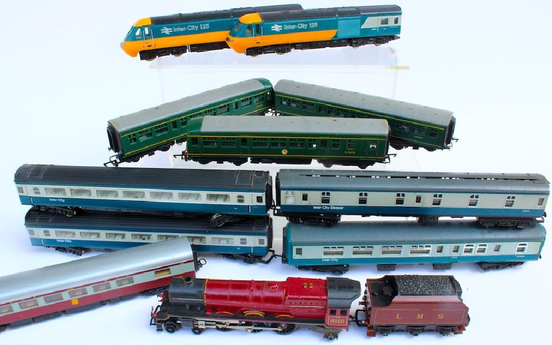 Hornby HO Engines & 8 Passenger Cars