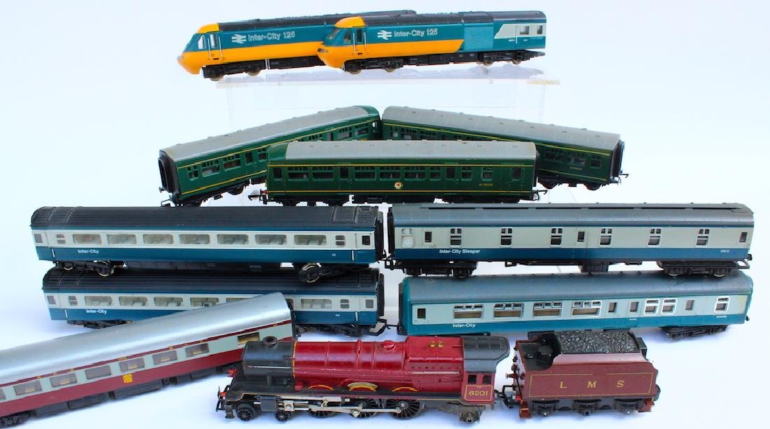 Hornby HO Engines & 8 Passenger Cars - 3
