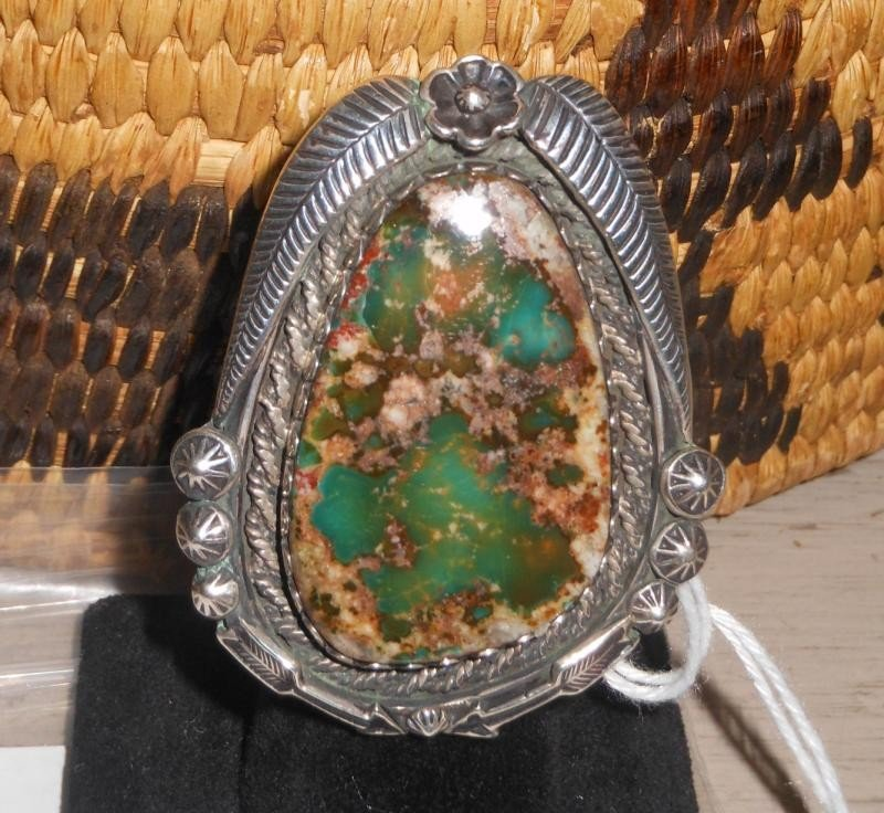4021: AGATE RING WITH STERLING SILVER FEATHER AND ARROW