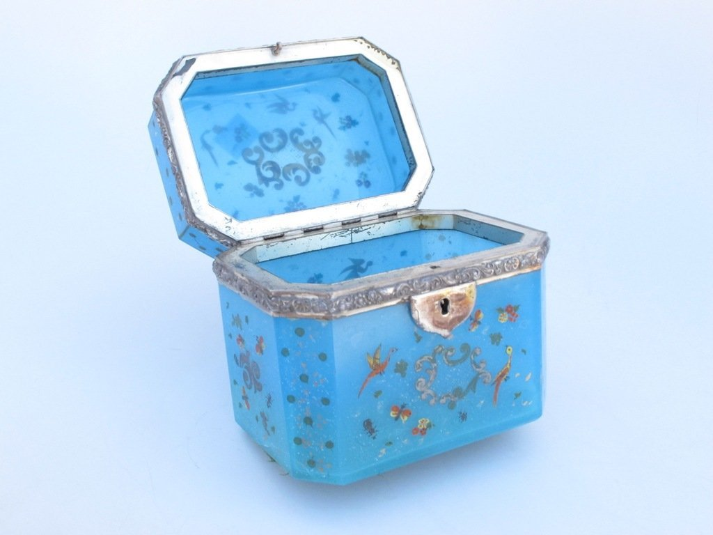 A CHINESE EXPORT LIDDED CLOISONNE BOX: