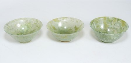 A SET OF THREE SPINACH GREEN JADE BOWLS: