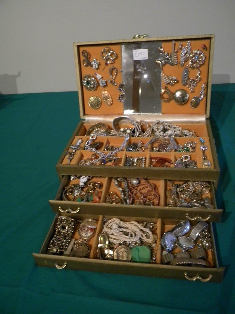 137: jewelry box full of costume jewelry, vintage brooc